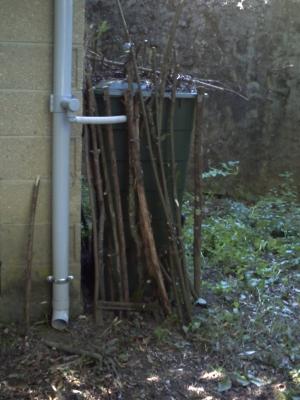 Les branches moyennes contre le récupérateur d'eau