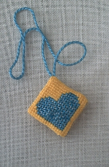 Minipendouille avec coeurs en fils métallisés