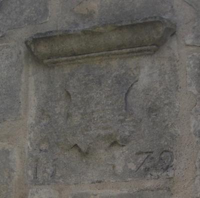 La fontaine du légat, près du pont Joubert à Poitiers : les armoiries du fronton
