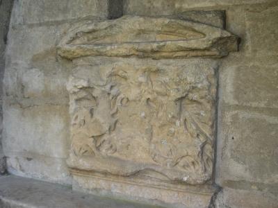 La fontaine du légat, près du pont Joubert à Poitiers : le relief sur le bassin