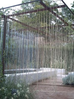 Chaumont, festival des jardins 2009, jardin 13, la halte des teinturiers, le bassin et les tiges en maïs