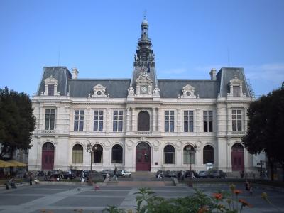 La façade de l'hôtel de ville de Poitiers nettoyée