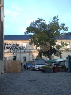 Mélange entre le marché et les installations des expressifs près de Notre-Dame-la-Grande