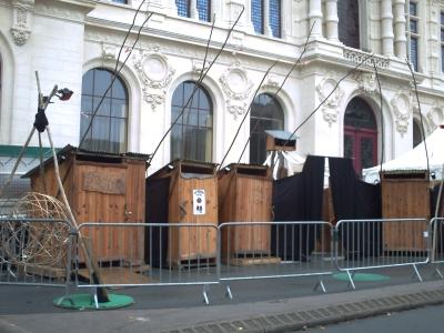 Les toilettes sèches des expressifs, devant l'hôtel de ville