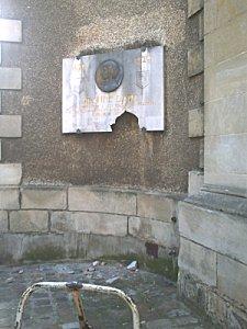 La plaque de Jeanne d'Arc saccagée