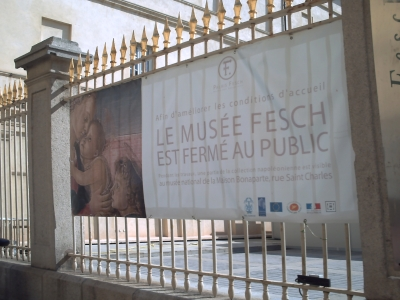 La cour du musée Fesch à Ajaccio, banderolle
