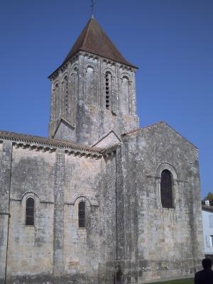 Mur sud de l'église Saint-Pierre de Melle, le clocher