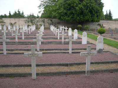 Le carré militaire français du cimetière de la pierre levée à Poitiers, tombes de chrétiens et de musulmans