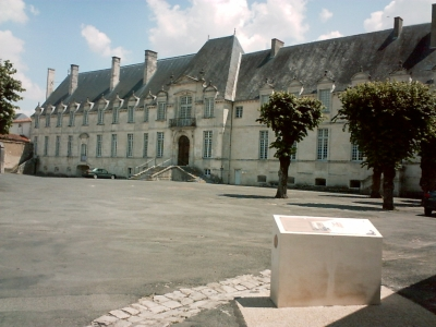 Abbaye de Saint-Jean-d'Angély, façade des bâtiments abbatiaux