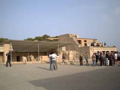 La Crête, Knossos, en 2008 : la foule devant le palais reconstruit en béton