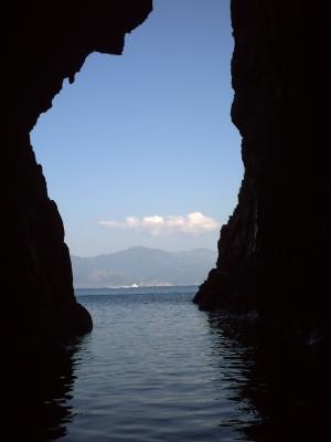 Une grotte dans les calanche, vue vers la sortie