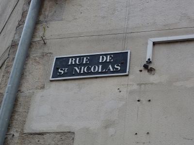 Plaque dénominative de la rue Saint-Nicolas à Poitiers