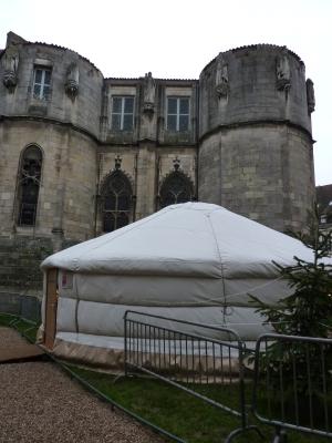 Poitiers, décembre 2009, yourte derrière la tour Maubergeon