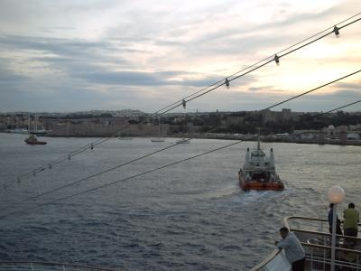 Voyage en mer Egée 2009, Rhodes, le départ : dernière vue sur la ville et le remorqueur qui s'éloigne