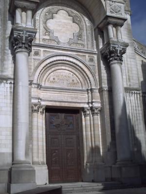 Tours, novembre 2009, basilique Saint-Martin : la façade de la basilique contemporaine
