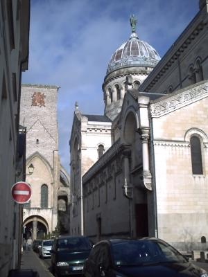Tours, novembre 2009, basilique Saint-Martin : le côté est de la basilique contemporaine et au fond, la tour Charlemagne