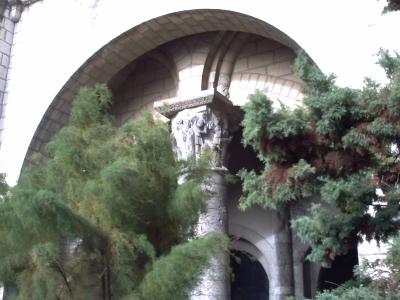 2Tours, novembre 2009, basilique Saint-Martin : la tour Charlemagne, chapiteau historié, Daniel dans la fosse aux lions caché par la végétation