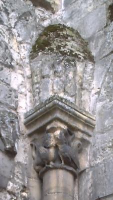 Tours, abbaye Saint-Julien, une sirène oiseau ou un dragon