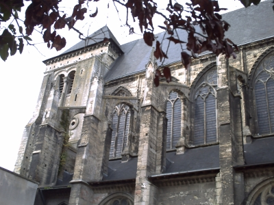 Tours, abbaye Saint-Julien, le cloître avec au fond la salle capitualire