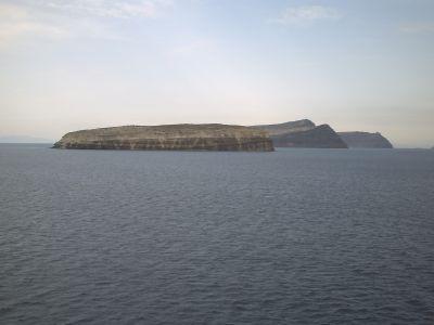 L'arrivée à Santorin, les îlots dans la caldera