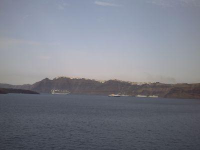L'arrivée à Santorin, les bateaux au fond de la caldera