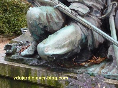 Poitiers, monument aux morts de 1870, 6, détail des jambes