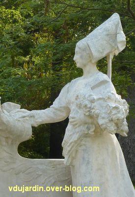 Poitiers, le monument au comte de Blossac par Sudre, 12, la dame avec son bouquet et sa coiffe