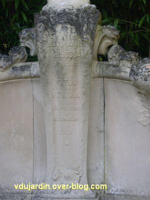 Le monument du comte de Blossac à Poitiers, le piédestal