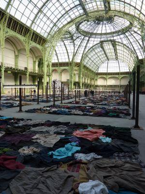 Christian Boltanski (Monumenta 2010) : les vêtements au sol dans un sens