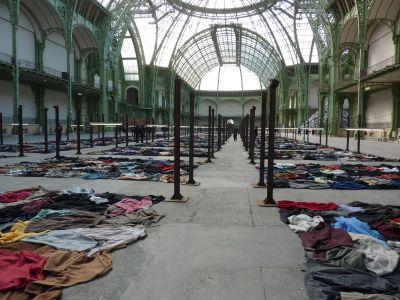 Christian Boltanski (Monumenta 2010) : les vêtements au sol dans l'autre sens