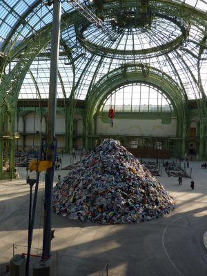 Christian Boltanski (Monumenta 2010) : la pyramide de vêtements, pince en haut avec des vêtements