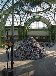 Christian Boltanski (Monumenta 2010) : la pyramide de vêtements, pince en haut lâchant les vêtements
