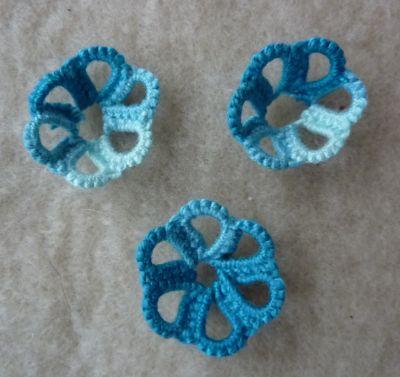 Minuscules coupelles bleues en frivolité