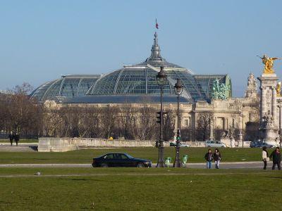 Le Grand-Palais vu du bout de l'esplanade des invalides