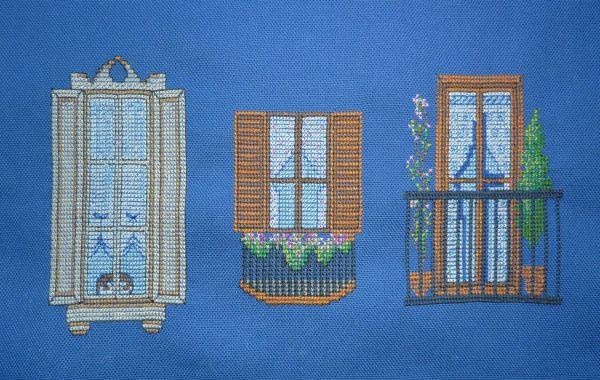 Trois fenêtres brodées