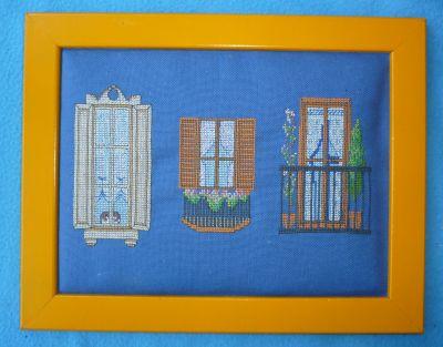 Trois fenêtres encadrées