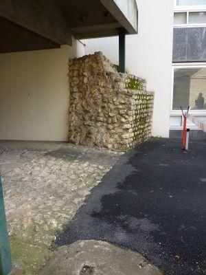Rempart romain vu de trois-quarts, résidence Jean-Jaurès à Poitiers
