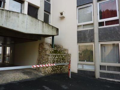 Rempart romain vu de face, résidence Jean-Jaurès à Poitiers