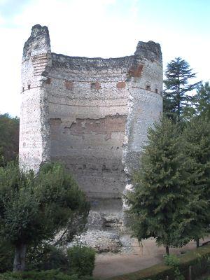 Périgueux, la tour de Vésonne, vue avec la brèche dans le mur