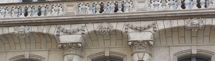 Poitiers, l'ancien cercle industriel, les clefs ornées de masques sous le balcon