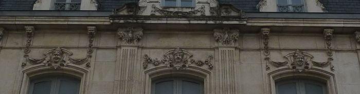 Poitiers, l'ancien cercle industriel, les clefs et les modillons du dernier niveau, ornés de masques