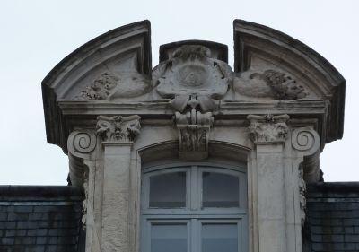 Poitiers, l'ancien cercle industriel, le fronton de la fenêtre centrale