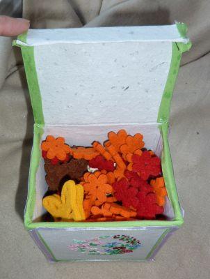 La boîte avec les oeufs du sal Pâques, l'intérieur et les objets en feutrine