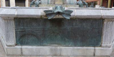 Toulouse, fontaine Belle Paule, un relief avec un grand pont en bronze