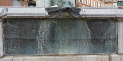 Toulouse, fontaine Belle Paule, un relief en bronze avec un paysage urbain