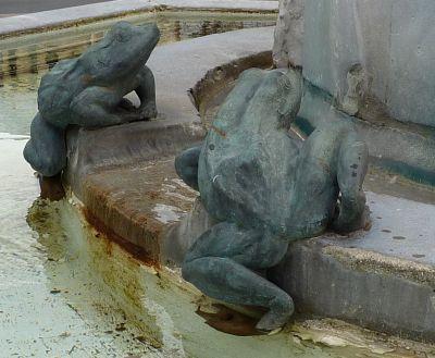 Toulouse, fontaine Belle Paule, deux crapauds en bronze
