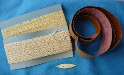 Des achats à la brocante : dentelle mécanique, cartons à dentelle et navette à frivolité