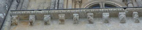 église Saint-Pierre d'Aulnay, en Charente-Maritime, corniche du transept sud, partie gauche