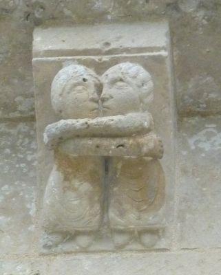 église Saint-Pierre d'Aulnay, en Charente-Maritime, corniche du transept sud, quatrième modillon, un couple d'amoureux