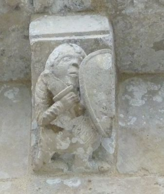 église Saint-Pierre d'Aulnay, en Charente-Maritime, corniche du transept sud, cinquième modillon, un soldat
